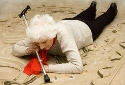 אישה זקנה נופלת במדרגות