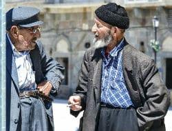 שני קשישים מדרים