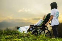 מטפלת לוקחת לטיול קשיש