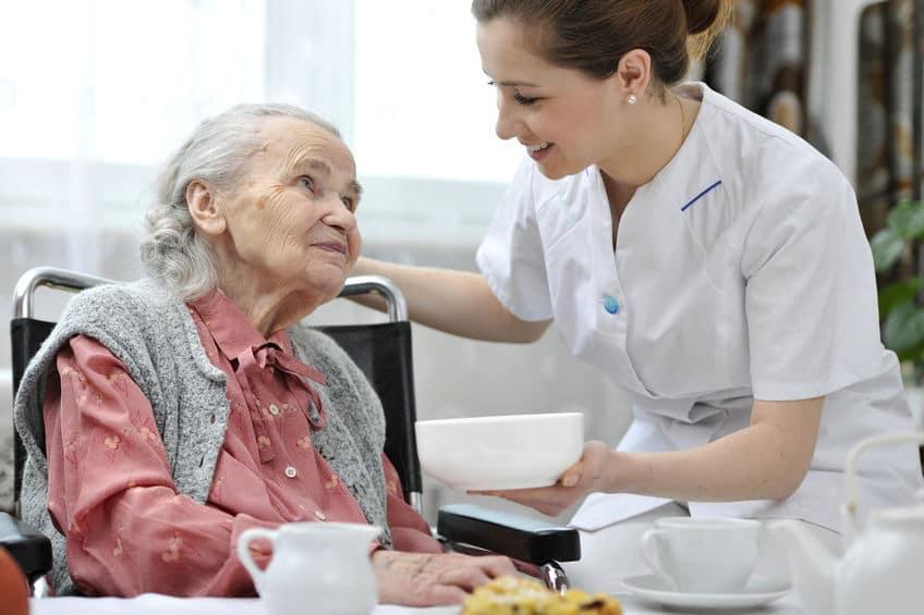 בית אבות סיעודי - אחות מטפלת באישה זקנה במוסד סיעודי