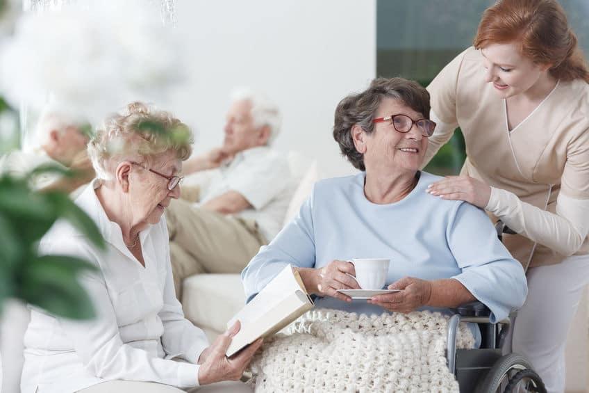 בית אבות סיעודי - מגישים תה לקשישה