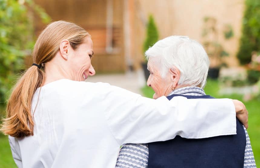 בעיות זקנה - אחות מחבקת אישה זקנה