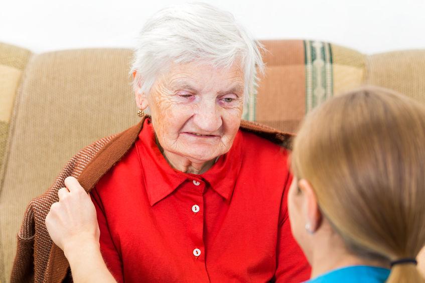 אישה זקנה עושה בדיקת ADL