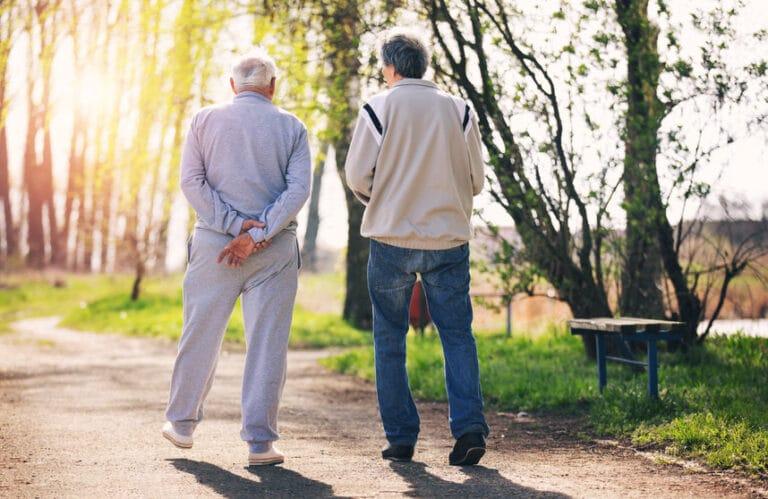 חולה אלצהיימר צועד עם המשפחה שלו בבית אבות