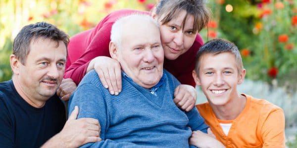 בית אבות בראשון לציון - איש זקן מבלה עם המשפחה שלו באחד מבתי אבות בעיר