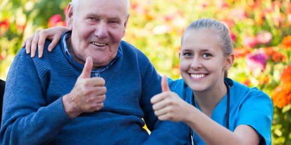 בתי אבות בבתי ים - מטפלת יושבת עם איש זקן על כסא גלגלים