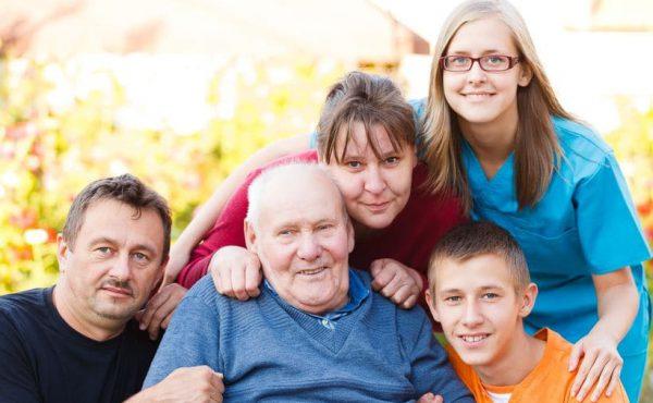 בתי אבות בחולון - משפחה של איש זקן באו לבקר אותו. יש בתמונה גם אחות שמטפלת בקשיש ברמה יום יומית