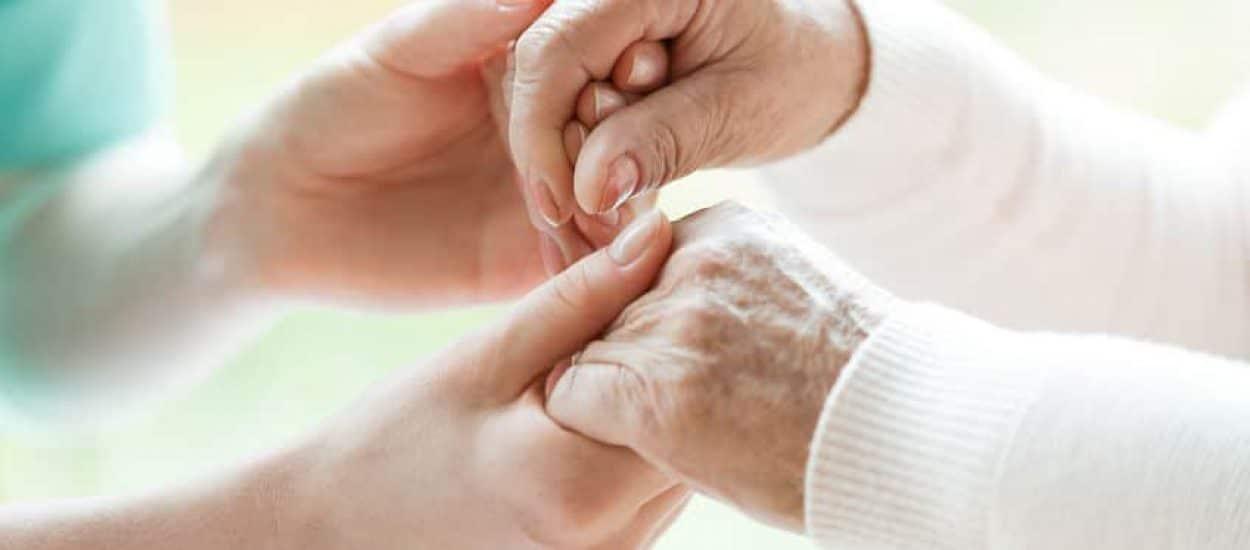 קשישים מחזיקים ידיים בבית אבות לתשושי נפש