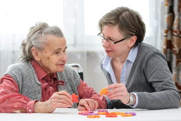 מנהלת בתי אבות בכפר סבא עובדת עם אישה זקנה כדי לשפר את התפקוד שלה