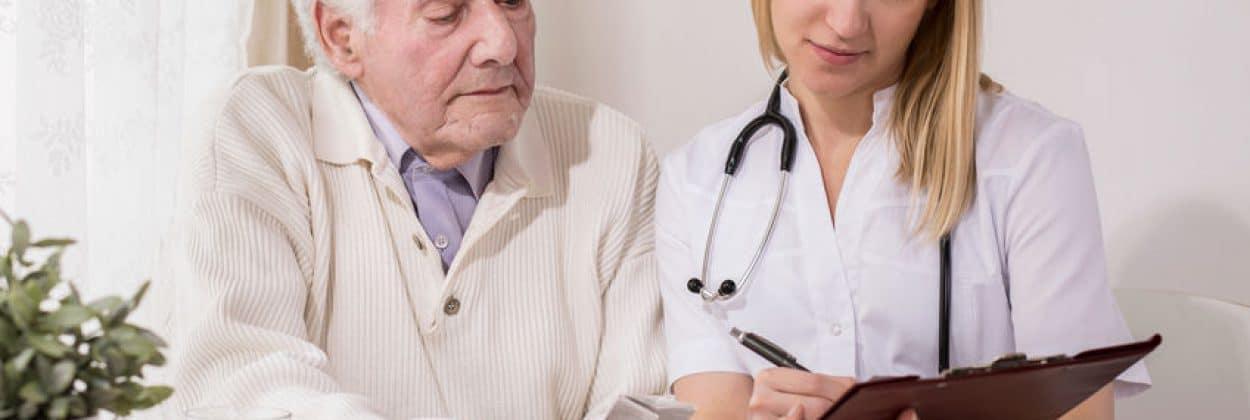 בתי אבות בשפלה - תמונה של גבר בדימוס בהתייעצות רפואית פרטית