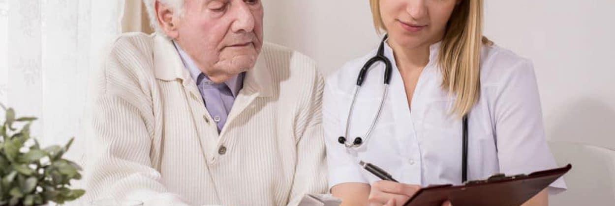 יש מגוון של בתי אבות בשפלה. בתמונה גבר קשיש בהתייעצות רפואית פרטית עם אחות העובדת בבית האבות שבו הוא מתגורר