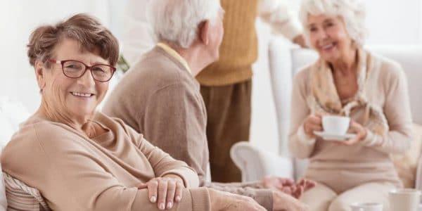 יש מגוון של בתי אבות בדרום. בתמונה קשישים מאושרים מבלים יחד ושותים קפה בבית האבות שבו הם מתגוררים