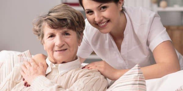 בתי אבות ברעננה - תמונה של אישה מבוגרת בעלת טיפול רפואי מקצועי